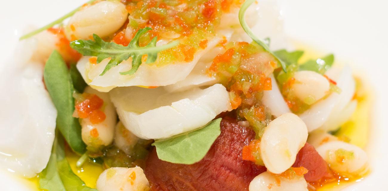 Ensalada de Merluza Austral Chile, tomates asados y vinagreta de fabas