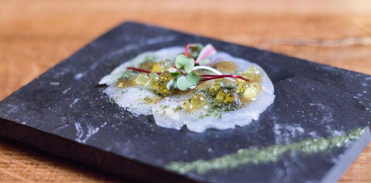 Carpaccio de Merluza Austral Chile, emulsión de salsa soja y alga nori