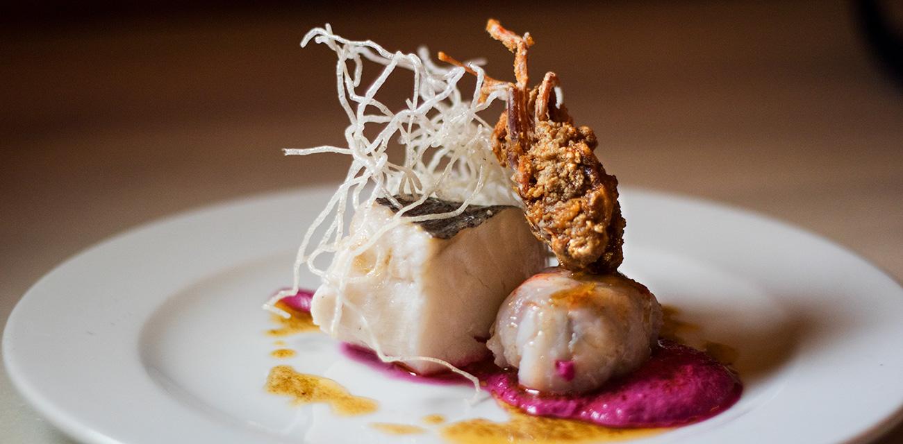 Merluza austral semicurada al vapor de romero con langostino relleno y ajo blanco de remolacha