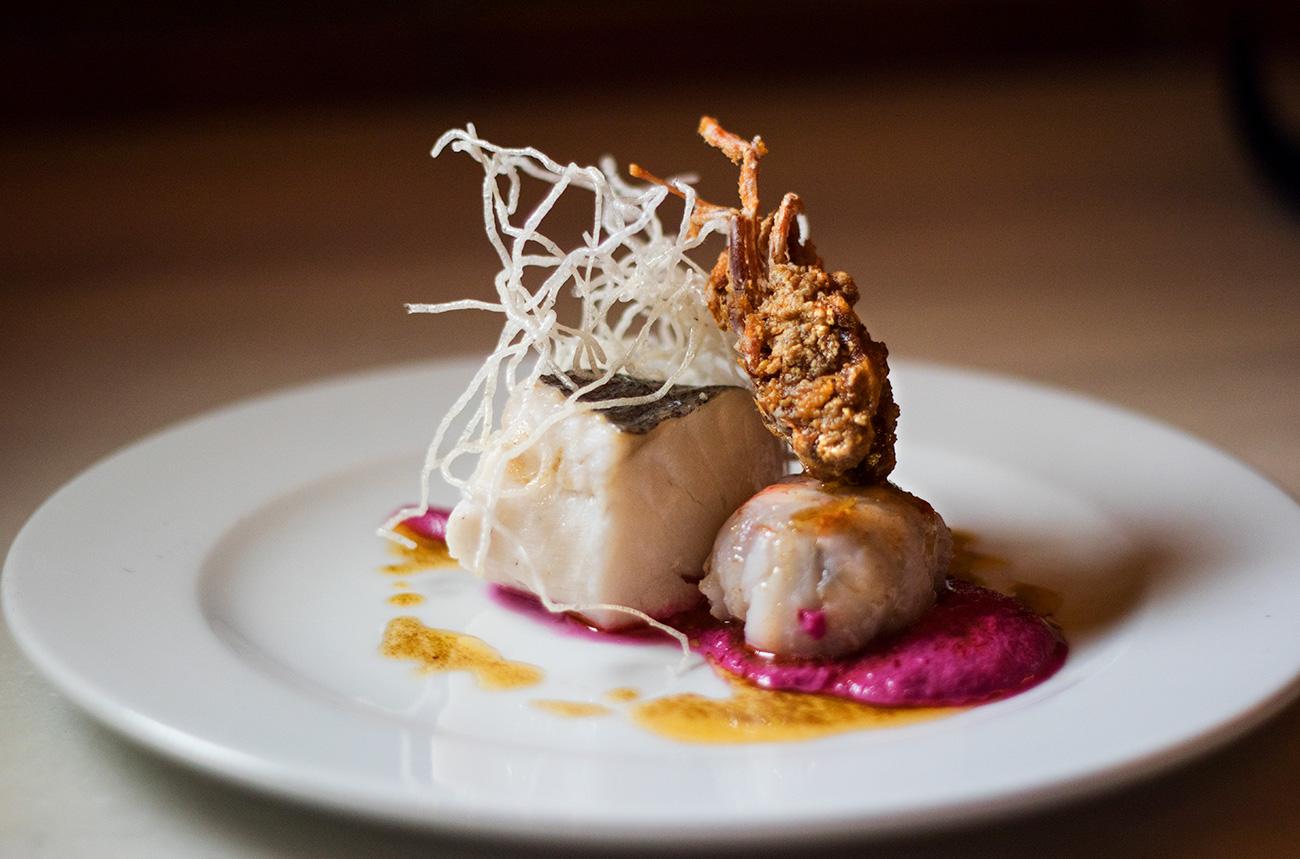 Merluza Austral Chile - Masterclass - Merluza austral semicurada al vapor de romero con langostino relleno y ajo blanco de remolacha