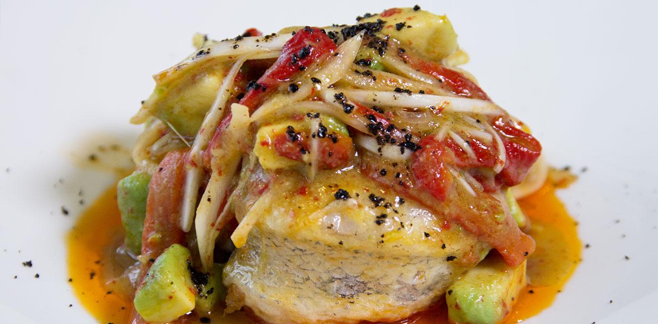 Merluza Austral Chile a la bilbaína con ensalada de pimientos rojos asados al horno