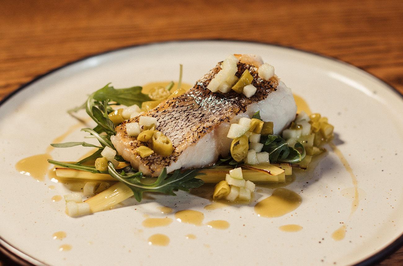Merluza Austral Chile - Recetas del chef - Merluza a la plancha, con puerros marinados y piparras
